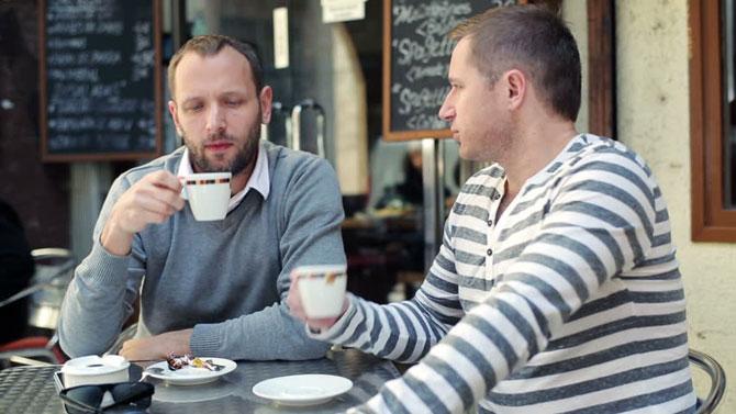 Мужчины ведут приятную беседу