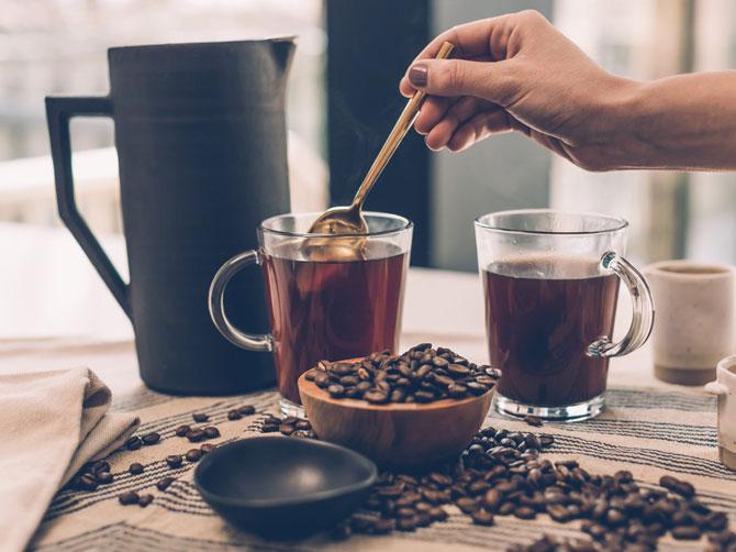 Чайник с горячей водой на столе