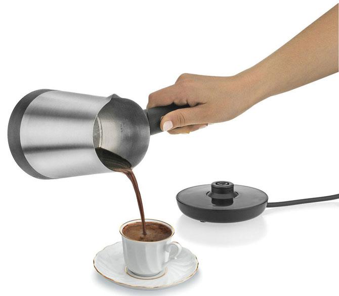 Наливаем ароматный кофе в чашке