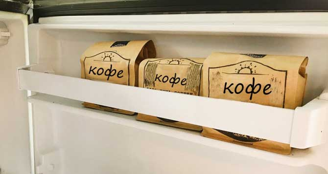 На дверце холодильника