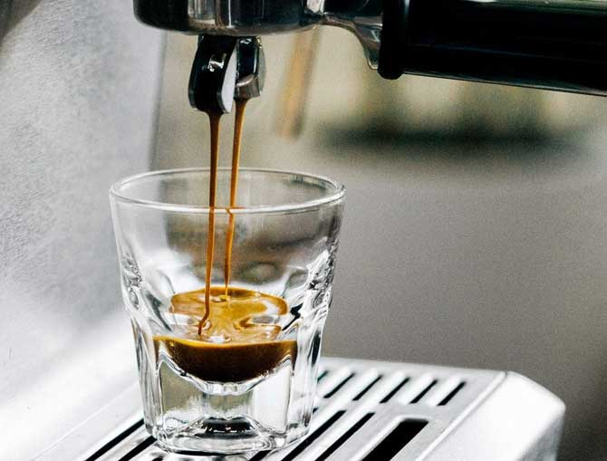 Советуют вначале выпить глоток воды