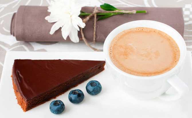 Шоколадный торт и черника