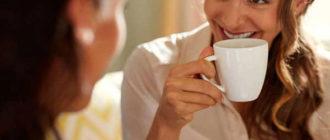Подруги наслаждаются кофе
