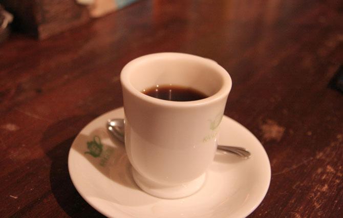 Пьют из маленьких чашек