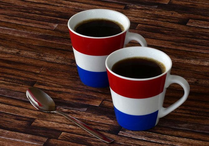 Чашки на деревянном столе