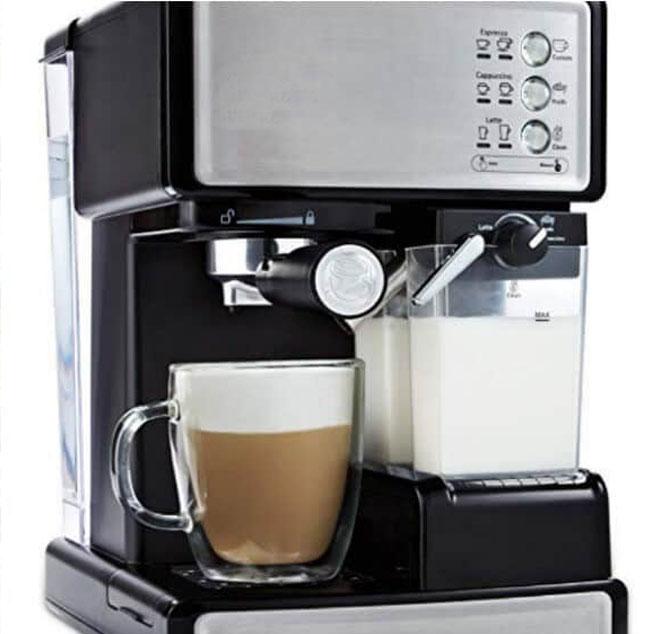 Готовит молочно-кофейные напитки