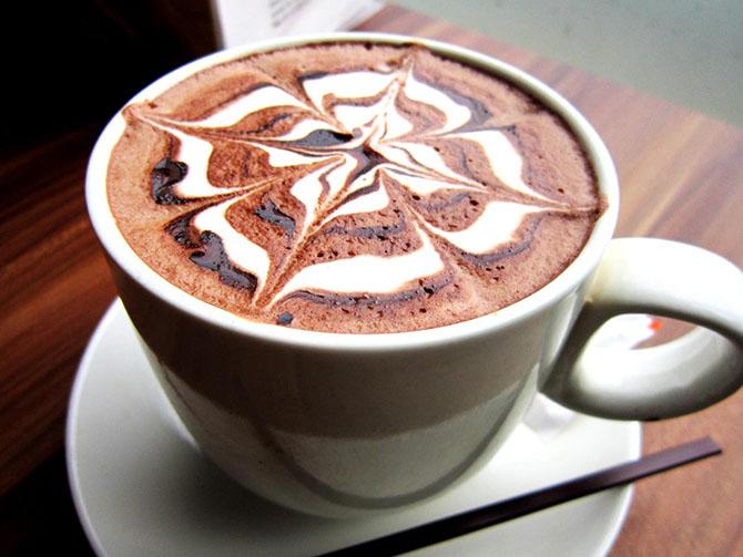 Украшают сливками и шоколадом