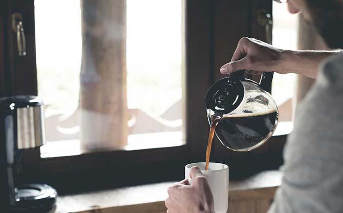 Наливает из кофейника