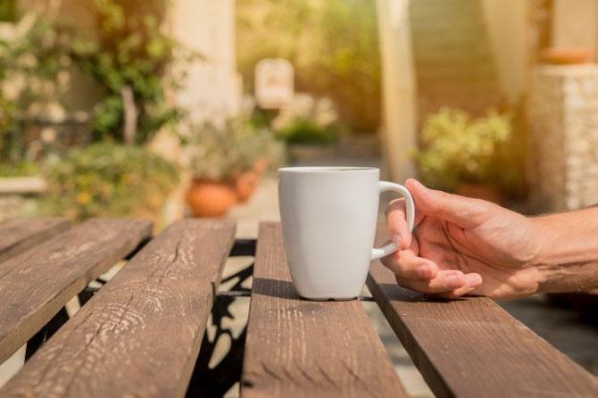 Чашка на деревянном столе