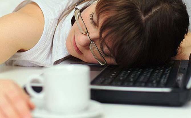 Спит на рабочем месте