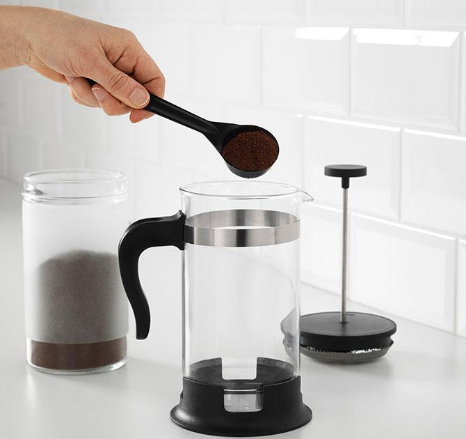 Сипит кофе в френч-пресс